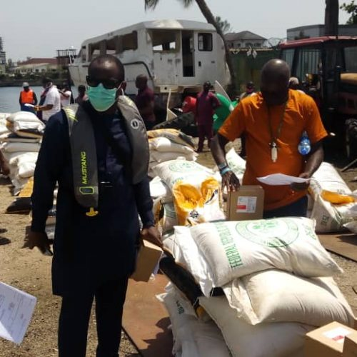 COVID-19 PALLIATIVES: GOV Sanwo-olu donates rice, garri to Lagos boat operators, Tarzan reaches out with sanitizers.*